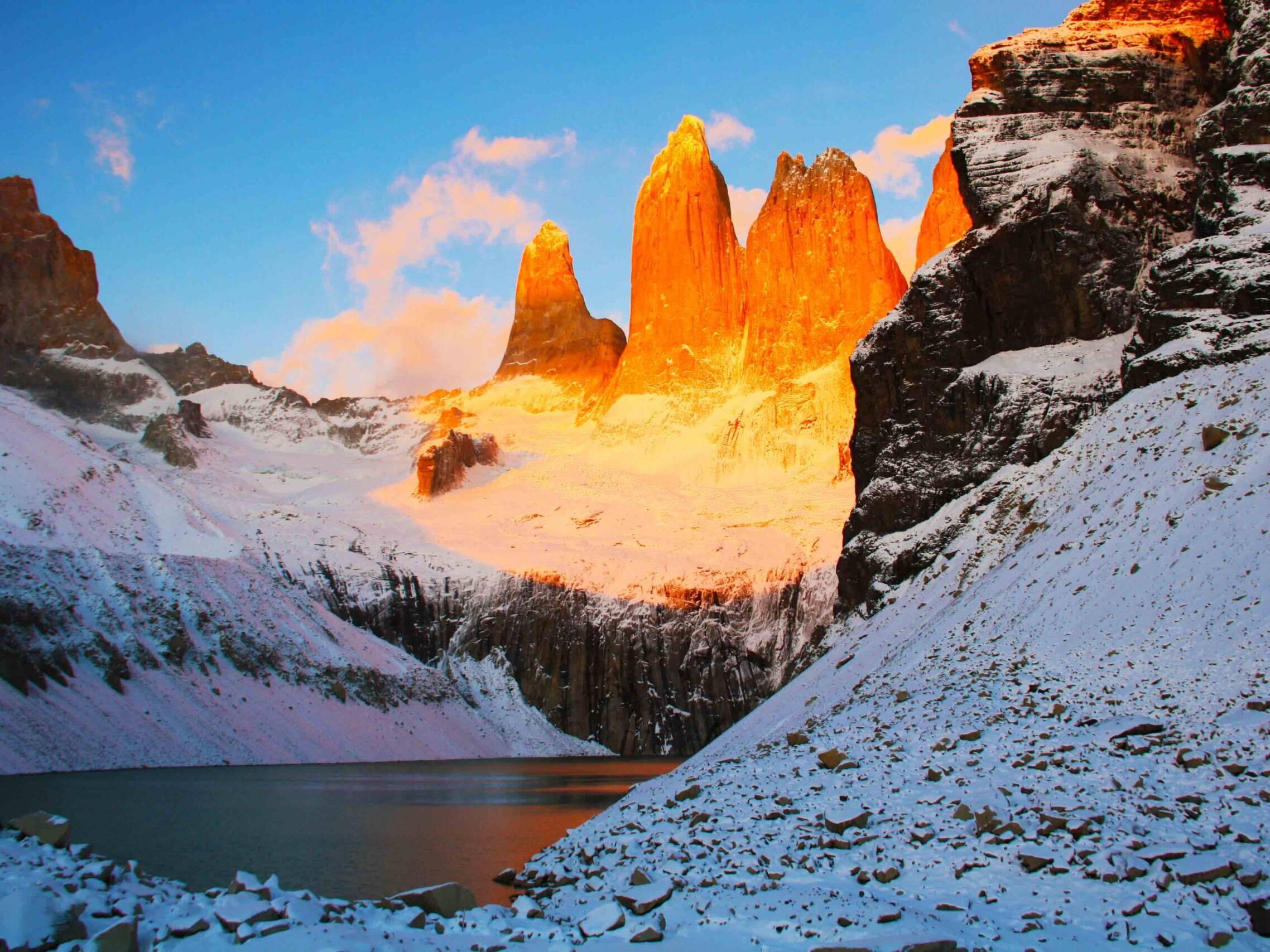 sunrise mountains torres del paine