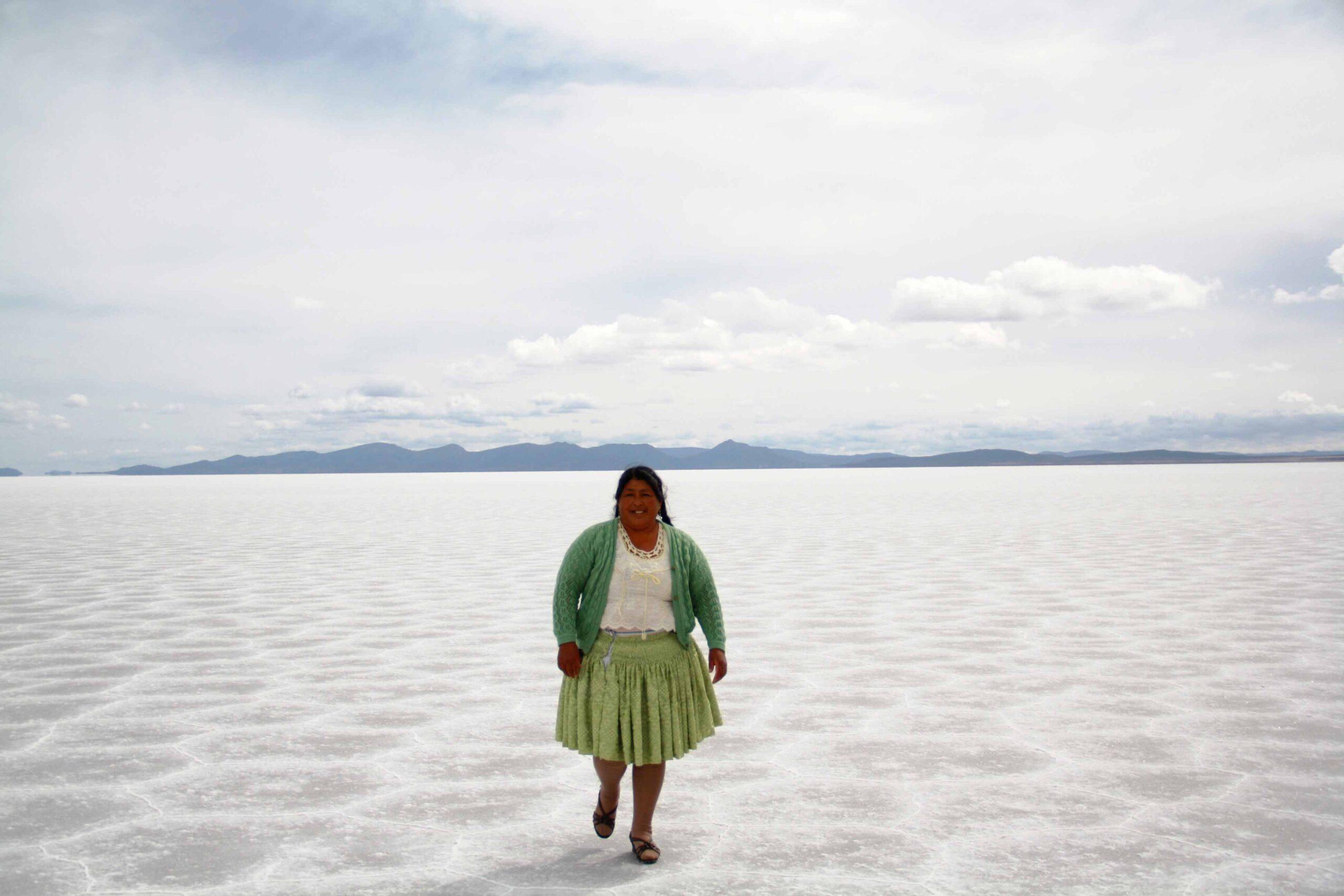 bolivian woman cook uyuni tour