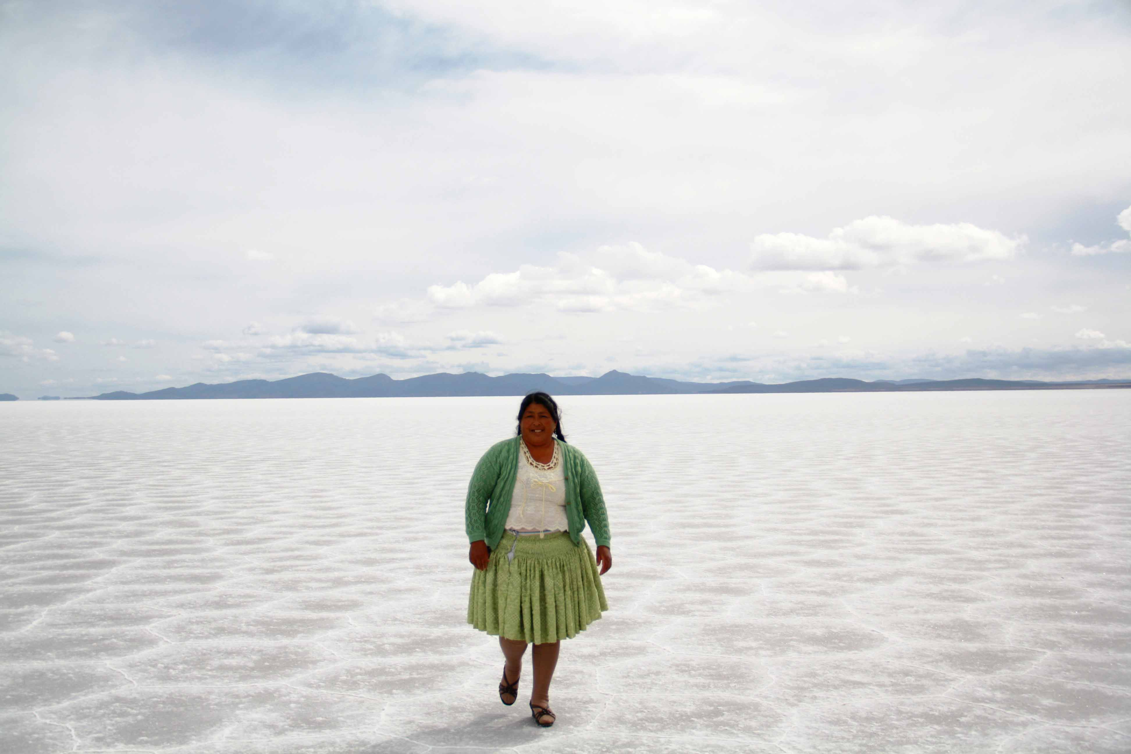 bolivian woman cook uyuni tour