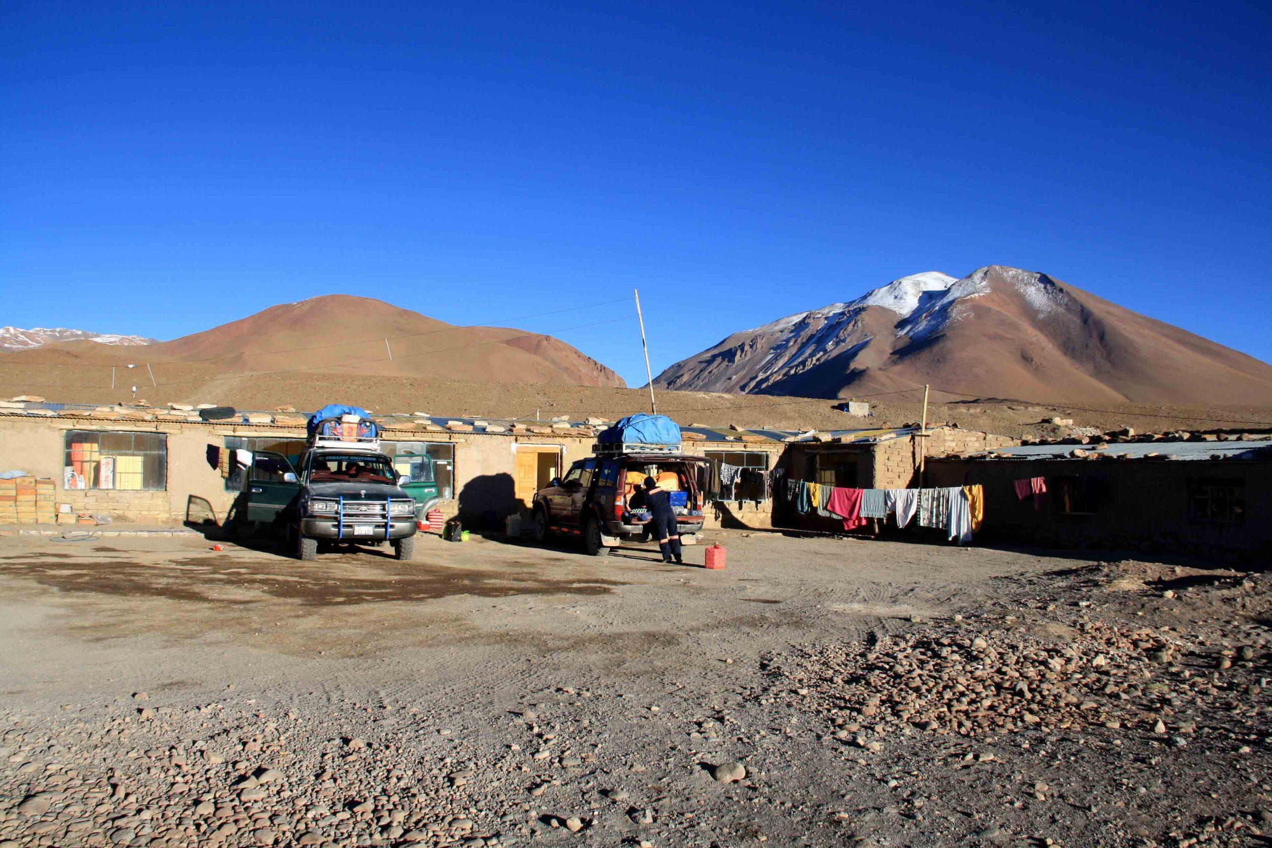 hostel uyuni cars mountains
