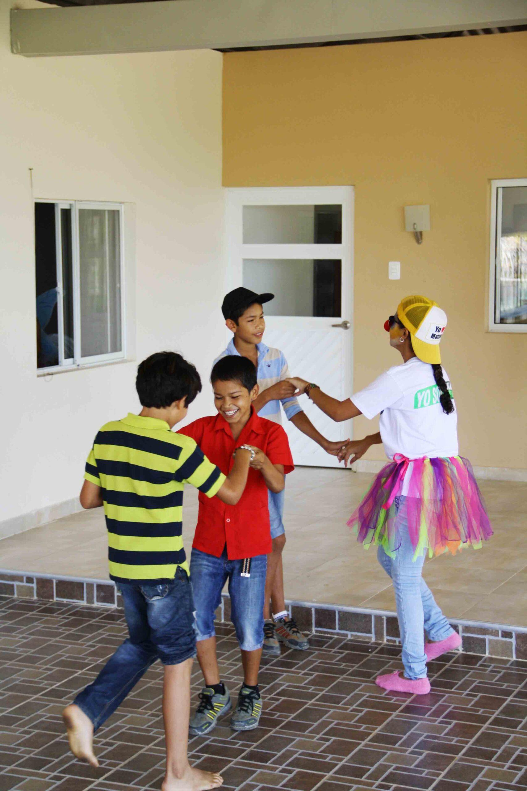 Dancing colombian kids at Mi casa en Ipauratu