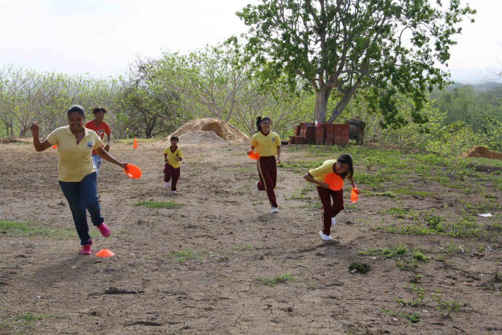Playing games with kids at Mi Casa en Ipauratu