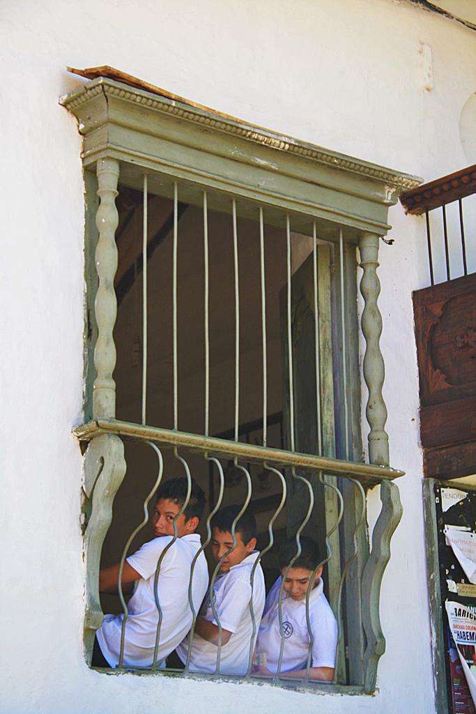 school kids in the window Barichara