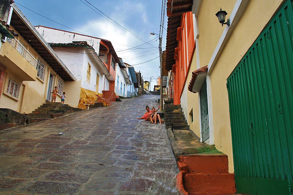 Urban tray boarding in the rainy streets of San Gil