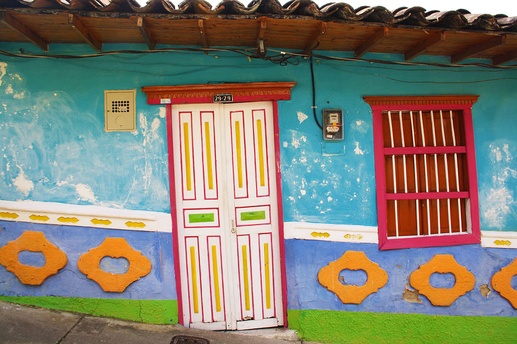 colored house guatape town