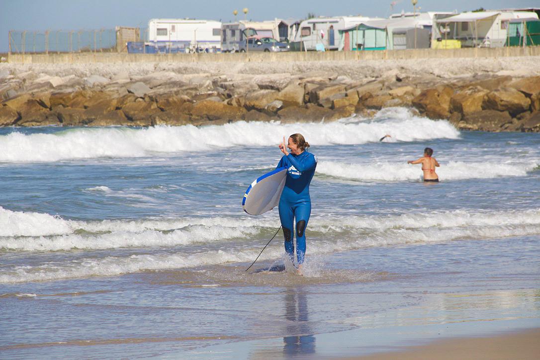 surfing praia do cabedelo surfergirl no riding no life portugal