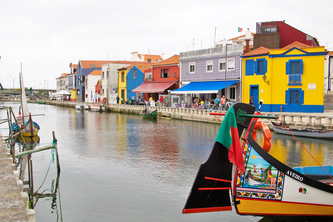 aveiro colorful houses boats canals portugal