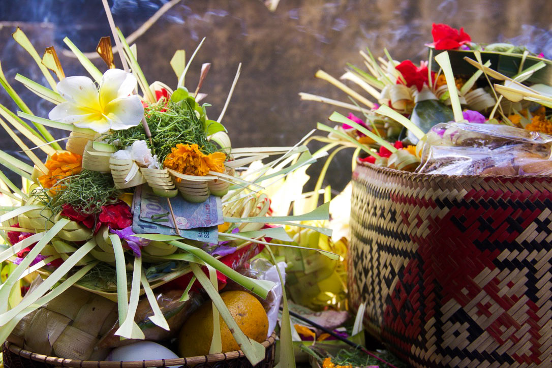 water temple offer tirta empul ubud bali